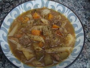 Sopa de legumes com macarrão e carne