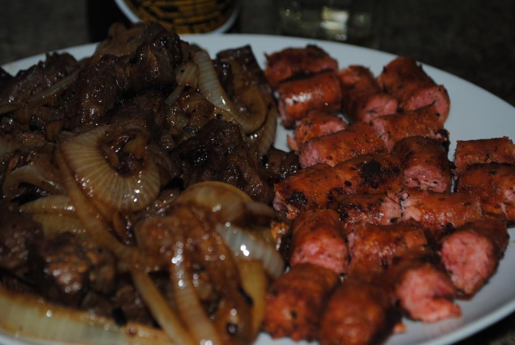 Petisco: carne de sol acebolada e linguiça de frango apimentada