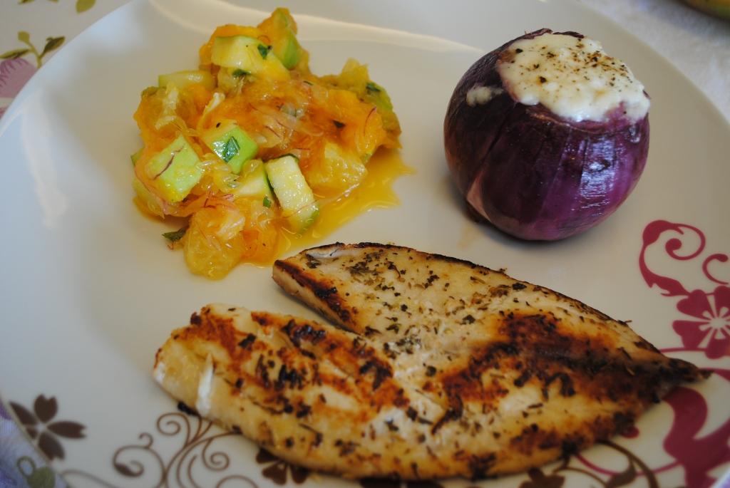 Filé de tilápia grelhada, cebola recheada com arroz 7 grãos e vinagrete de frutas #Dieta