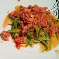 Espaguete de abobrinha com ragu de linguiça