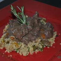 Picadinho de filé mignon e cuscuz marroquino com legumes